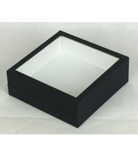 Un seul anneau pour cette petite boîte vitrée, à poser sur une étagère ou à accrocher